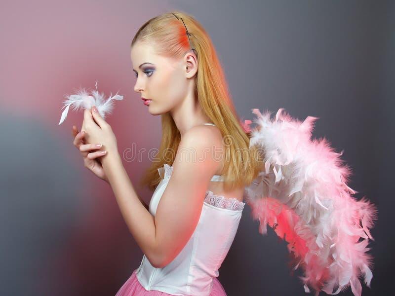 Menina bonita do anjo com asas grandes imagem de stock royalty free