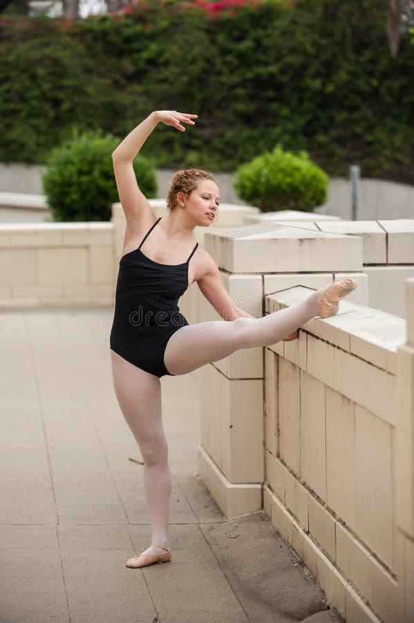 Menina bonita do bailado que estica suas limitações imagem de stock