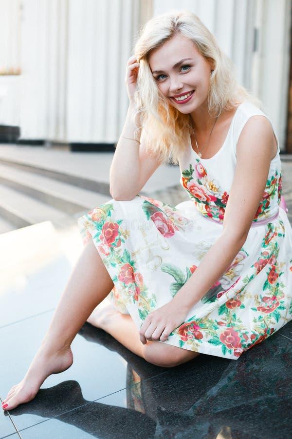 Menina bonita do blondie no vestido no verão fotografia de stock royalty free