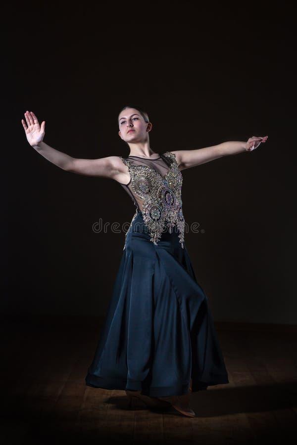 Menina bonita do dan?arino no sal?o de baile isolado no fundo preto fotos de stock royalty free