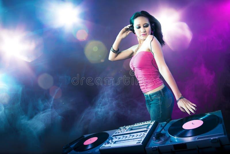 Menina bonita do DJ no clube ilustração do vetor