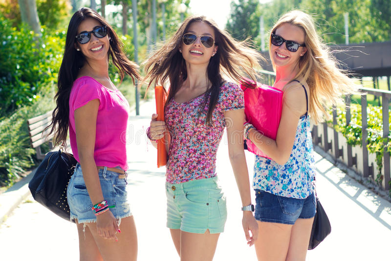 Menina bonita do estudante com alguns amigos após a escola foto de stock royalty free