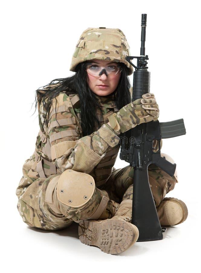 Menina bonita do exército com rifle foto de stock royalty free