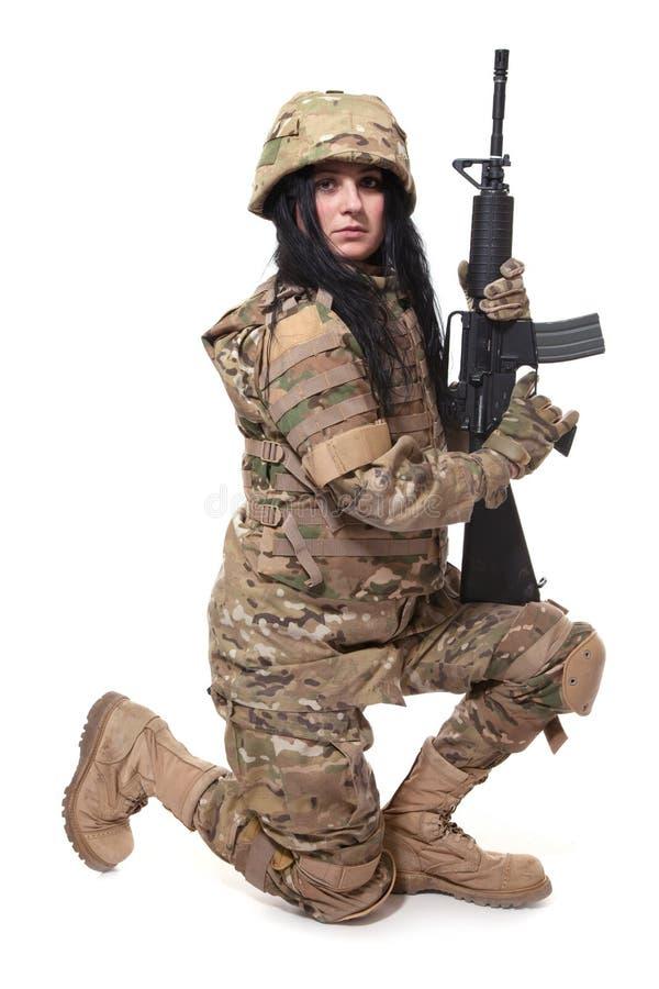 Menina bonita do exército com rifle fotografia de stock
