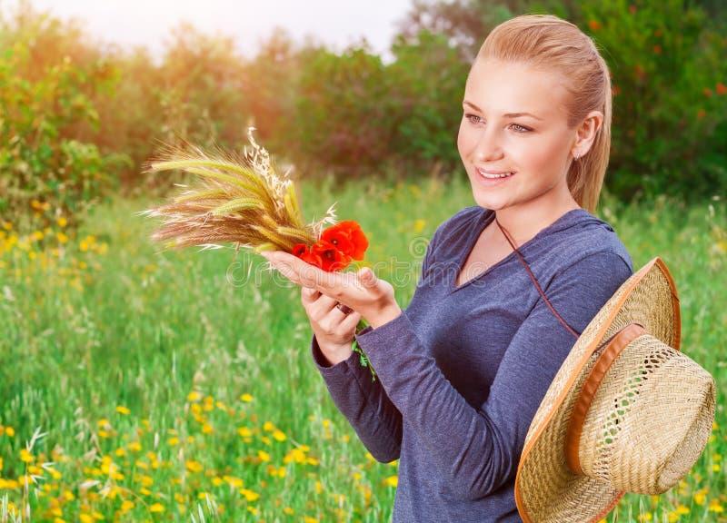 Menina bonita do fazendeiro fotos de stock royalty free