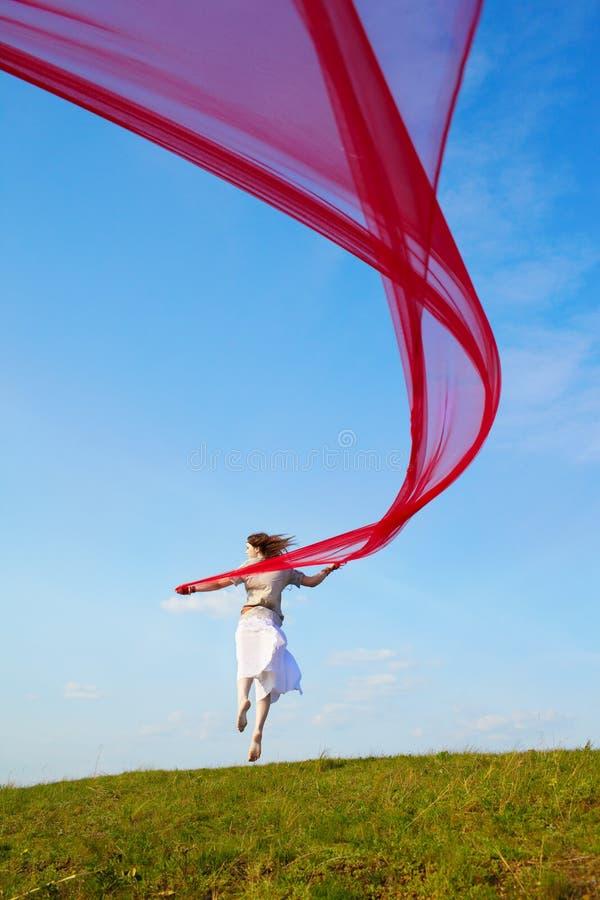 Menina bonita do hippie com tela vermelha fotografia de stock royalty free