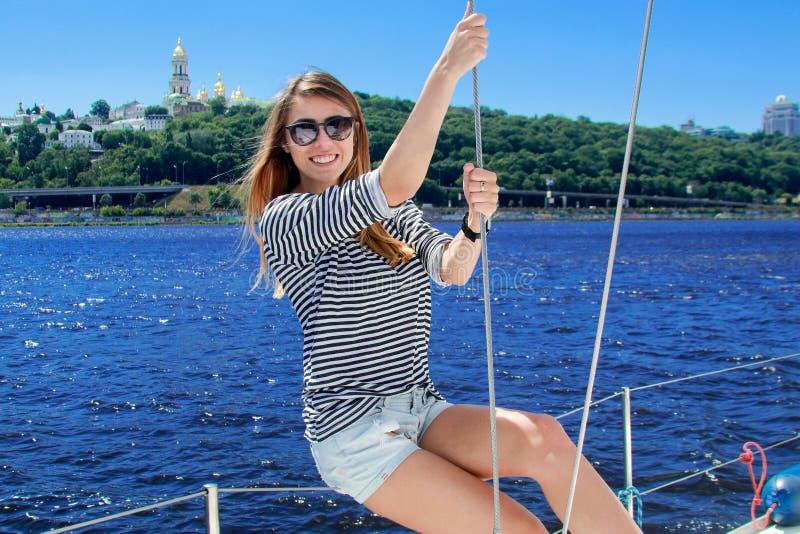Menina bonita do marinheiro Navigação da mulher em um iate imagem de stock royalty free
