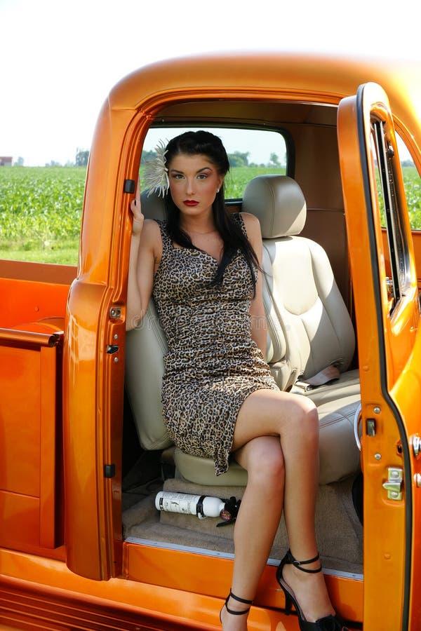 Menina bonita do pino-acima dentro do caminhão do vintage foto de stock royalty free