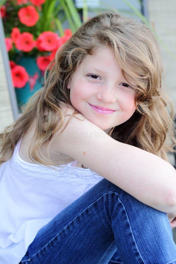 Menina bonita do Preteen com cabelo longo imagem de stock royalty free