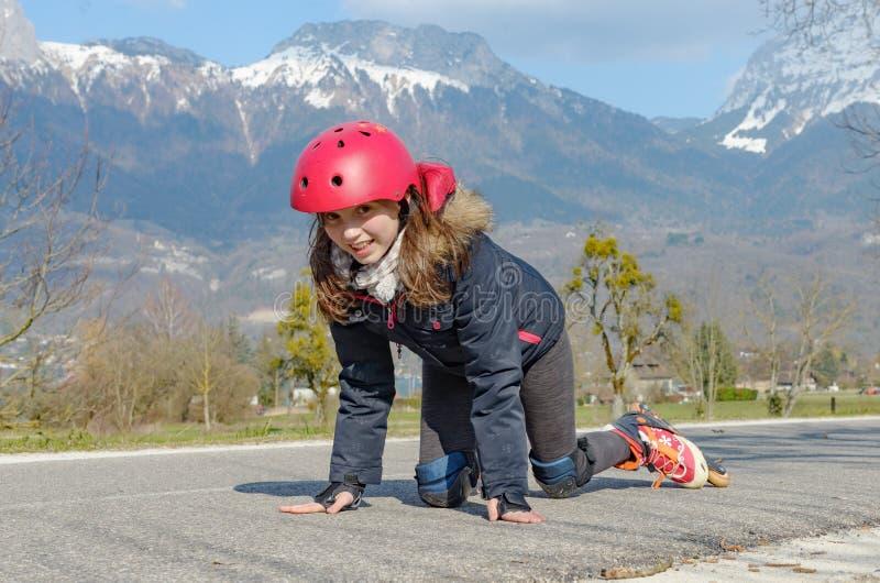 Menina bonita do preteen em patins de rolo no capacete fotos de stock royalty free