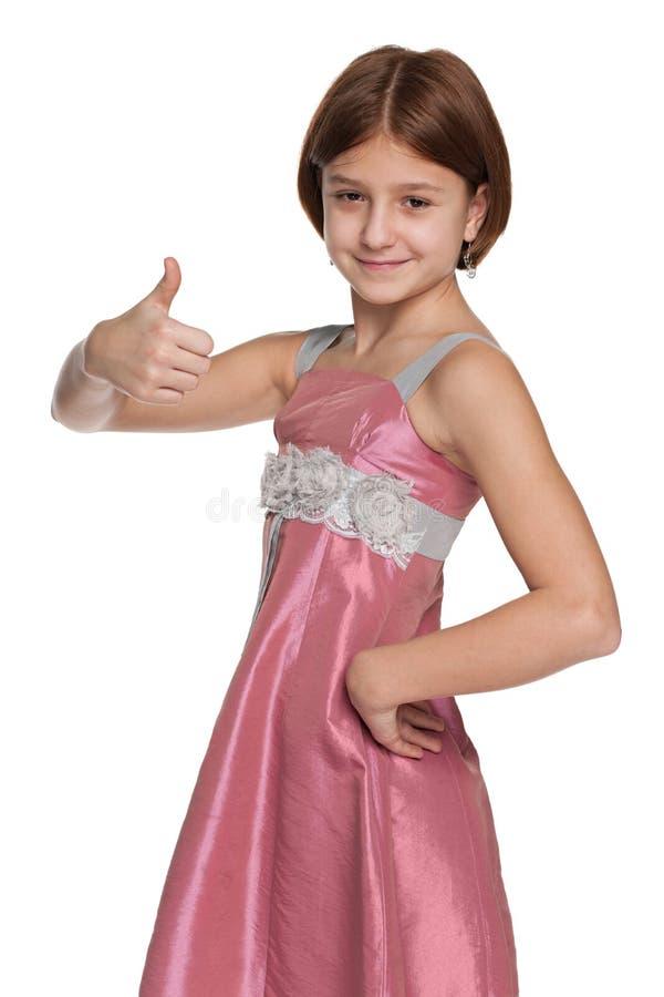 A menina bonita do preteen mantém seu polegar foto de stock royalty free