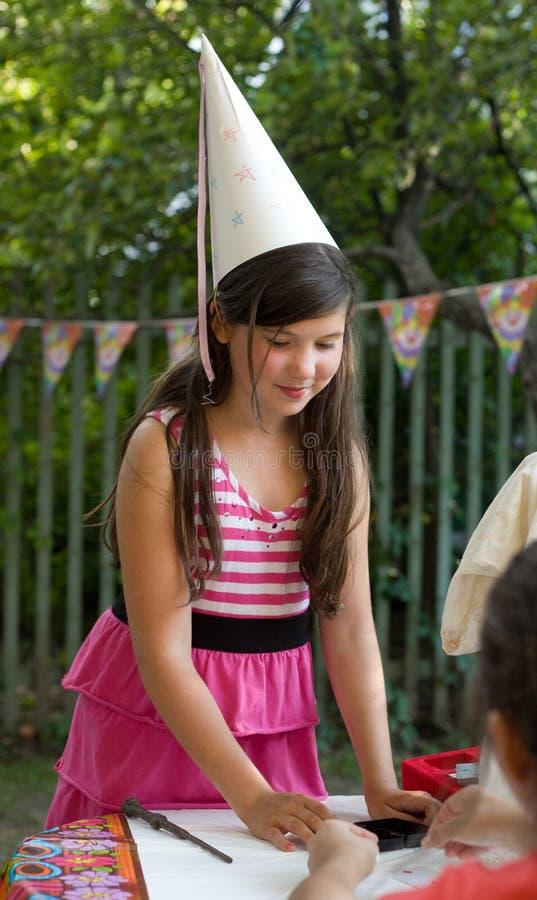 Menina bonita do preteen pequeno com cabelo marrom grosso fotografia de stock