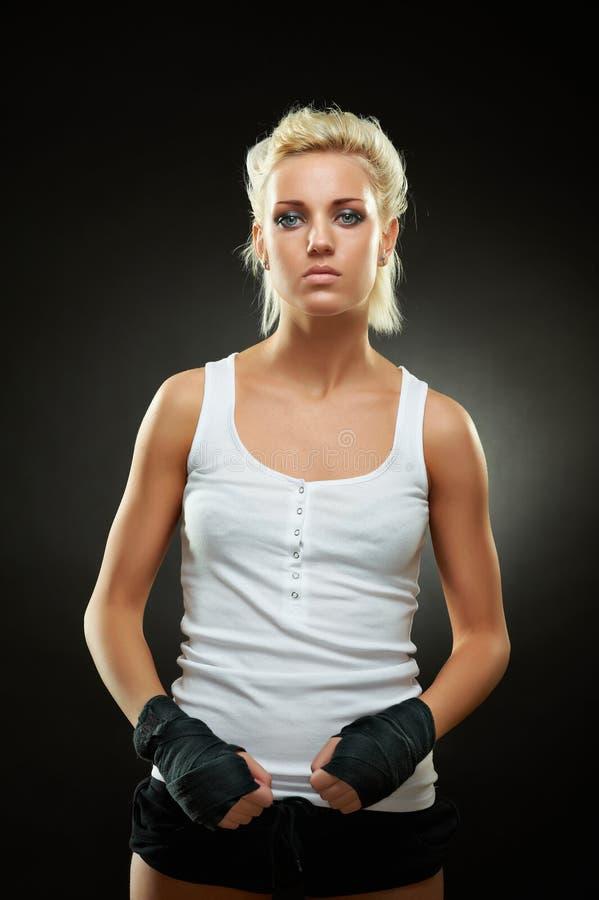 Menina bonita do pugilista com a atadura preta nas mãos foto de stock