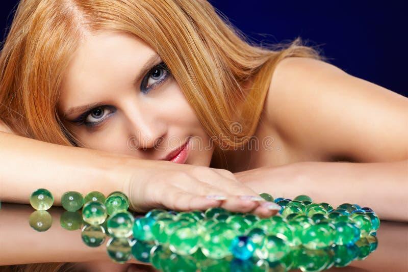 Menina bonita do redhead com esferas do gel fotos de stock royalty free