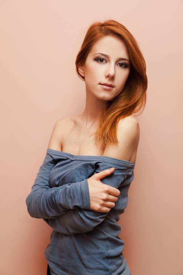 Menina bonita do redhead perto da parede. foto de stock