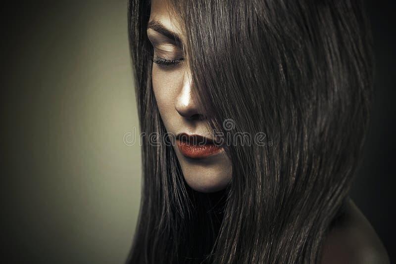 Menina bonita do retrato escuro atrativo da forma do encanto fotos de stock