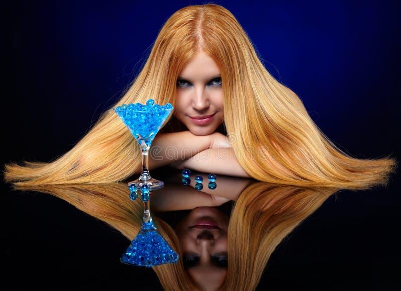 Menina bonita do ruivo com as bolas azuis do gel fotografia de stock