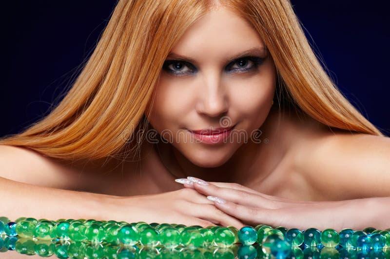 Menina bonita do ruivo com bolas do gel imagens de stock