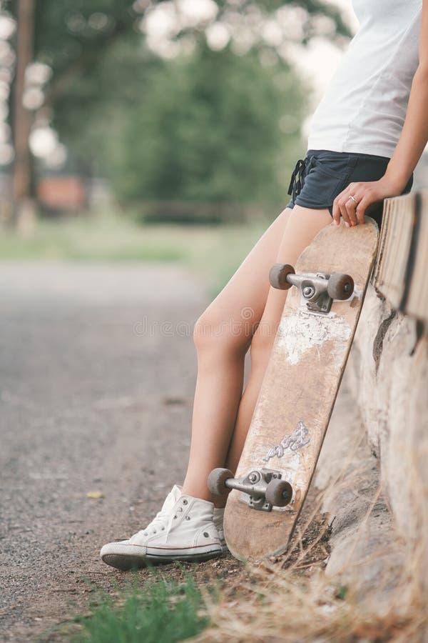 Menina bonita do skater foto de stock royalty free