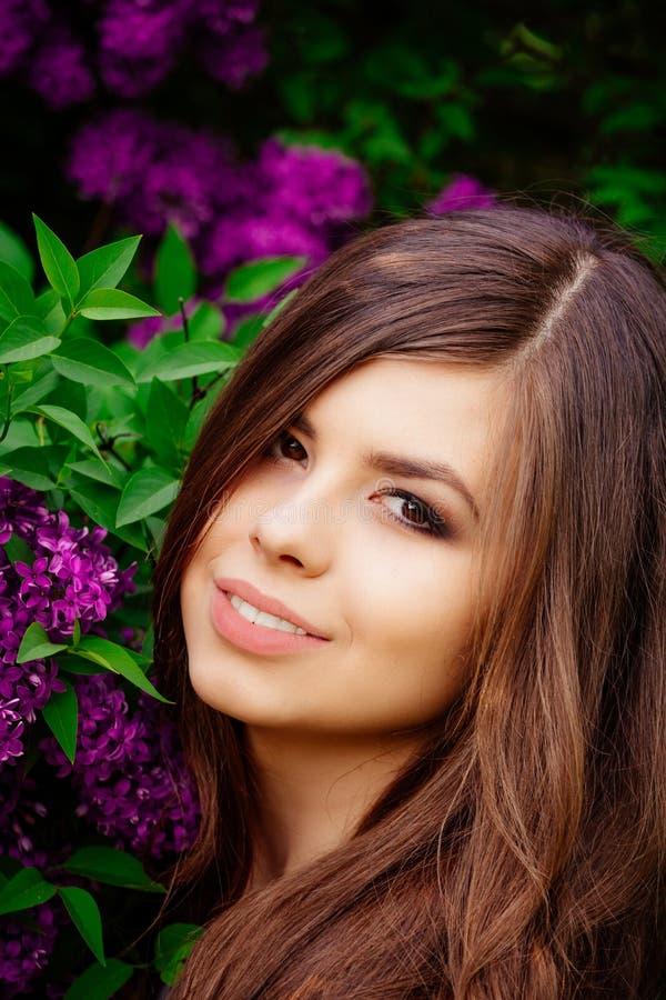 Menina bonita do sorriso, menina com flores imagem de stock