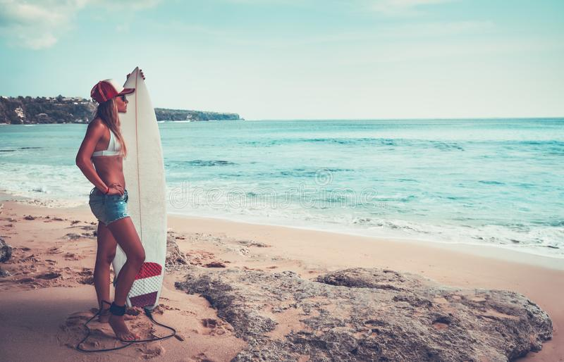 Menina bonita do surfista na praia fotografia de stock