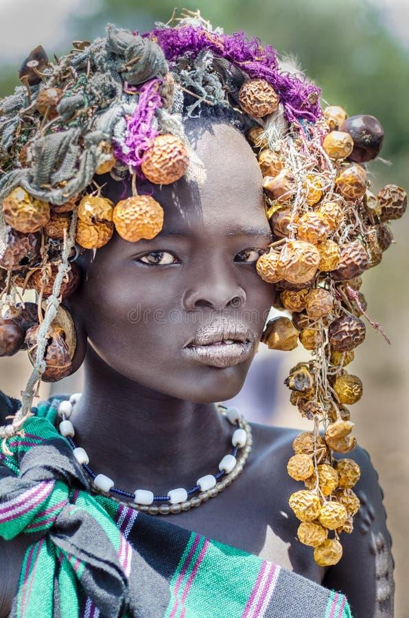 Menina bonita do tribo de Mursi, Etiópia, vale de Omo imagens de stock
