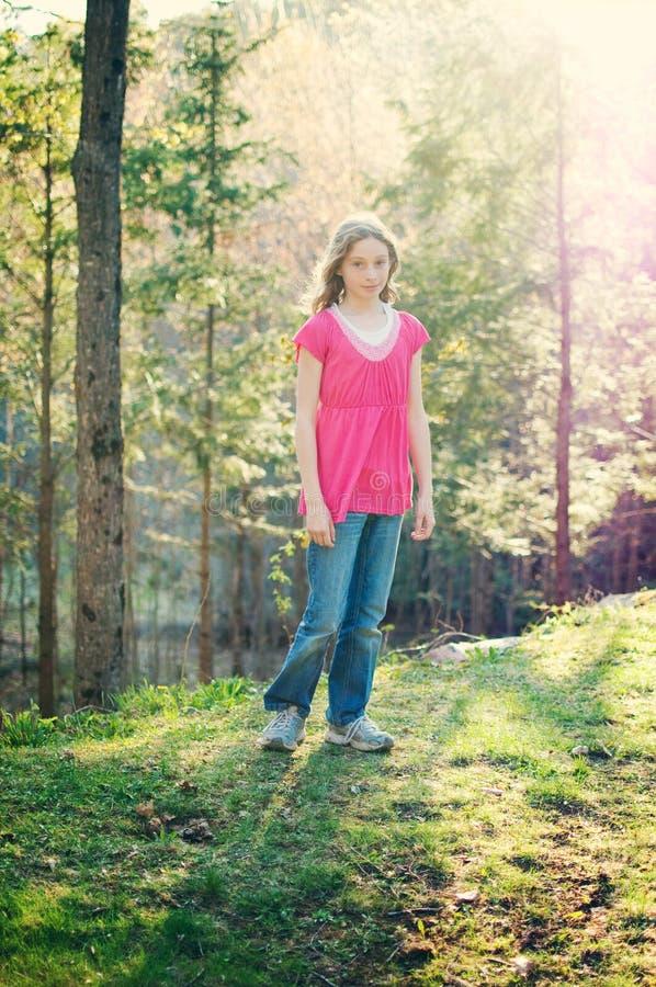 Menina bonita do tween ao ar livre imagens de stock royalty free