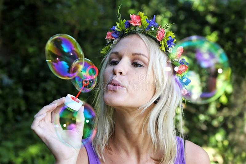 Menina bonita do ventilador da bolha fotografia de stock royalty free