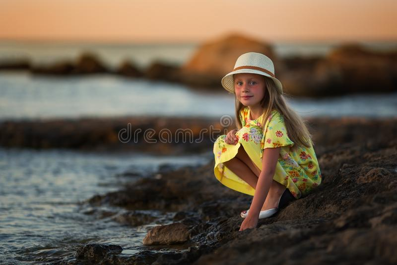 Menina bonita doce do mar no por do sol foto de stock royalty free