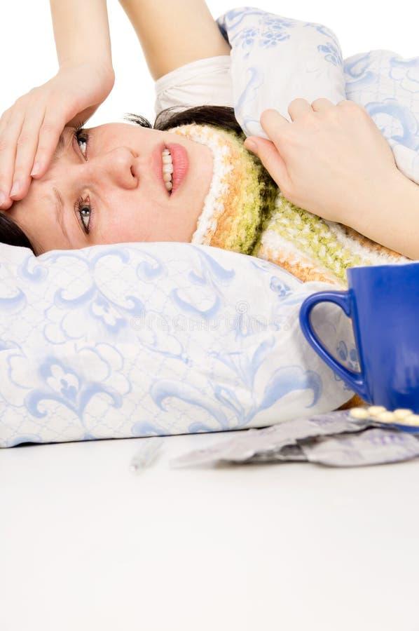 menina bonita doente que encontra-se na cama fotografia de stock