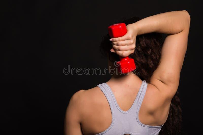 A menina bonita dos esportes em um fundo escuro foto de stock royalty free