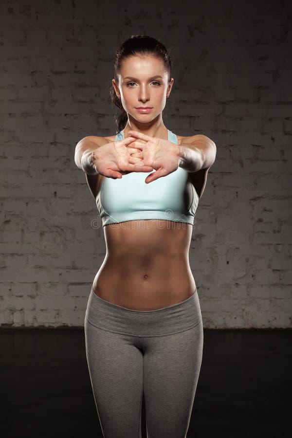 A menina bonita dos esportes faz seu exercício, Abs, abdominals, treinando no gym fotos de stock