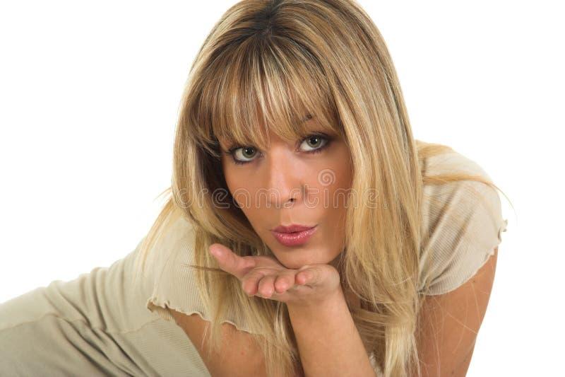 Menina bonita dos olhos verdes que envia beijos da mão fotografia de stock
