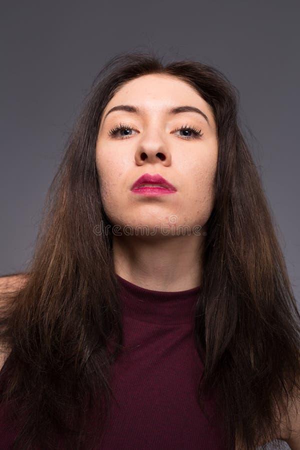 Menina bonita dos retratos no estúdio fotos de stock royalty free