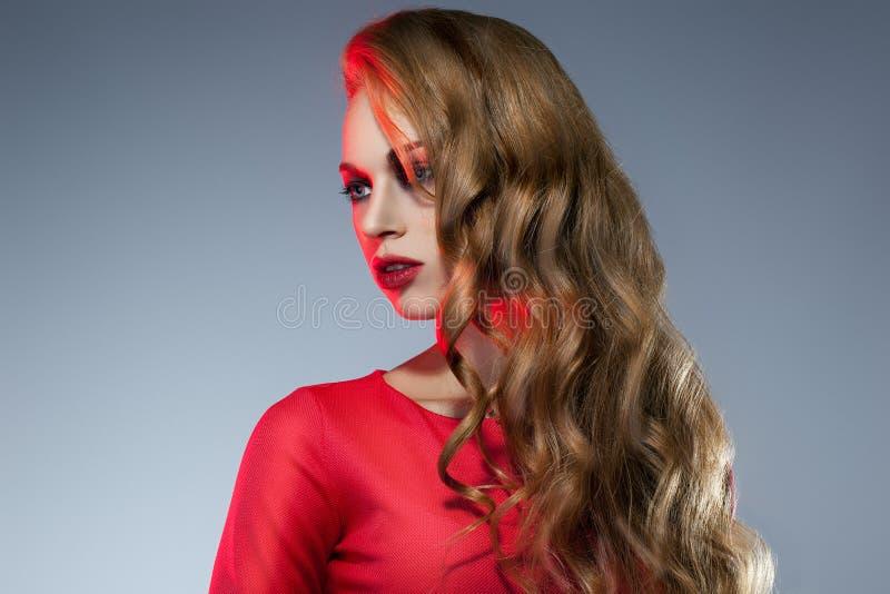 Menina bonita e da forma no vestido vermelho imagem de stock royalty free