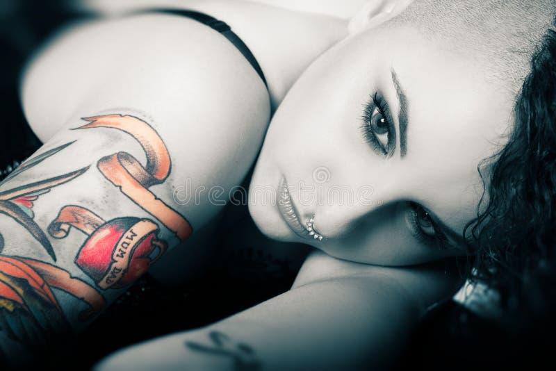 Menina bonita e doce da cara Amor da tatuagem para a mamã e o paizinho beleza imagem de stock