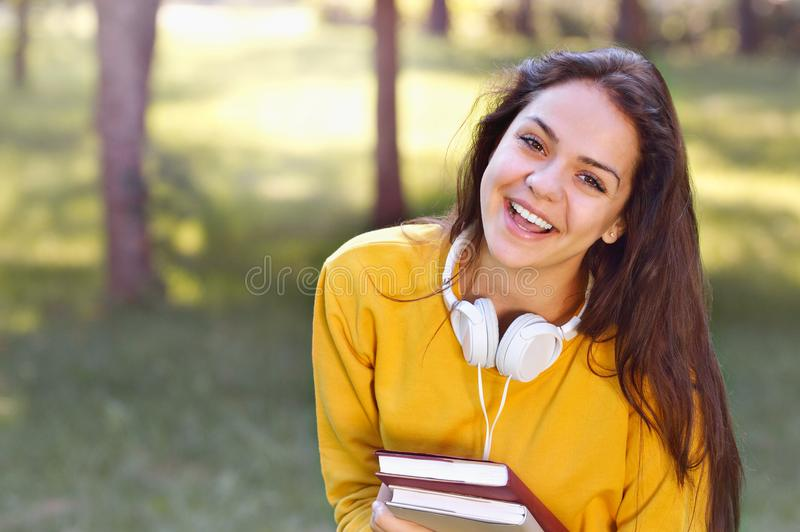 Menina bonita e na moda nova do estudante que guarda livros fotografia de stock royalty free