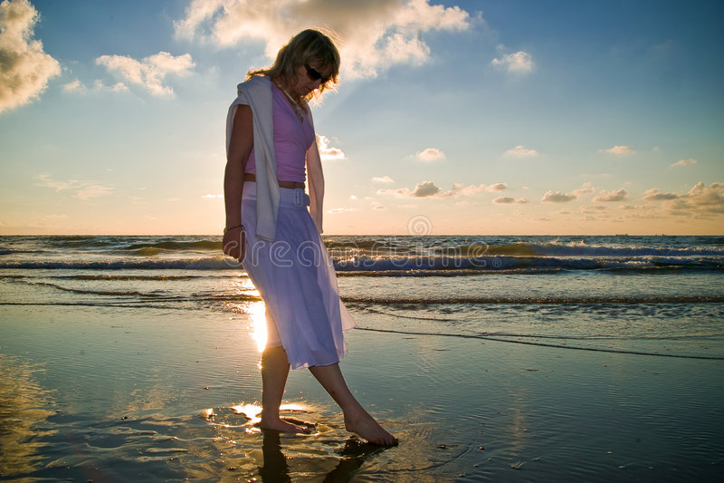 Menina bonita e o mar fotografia de stock royalty free