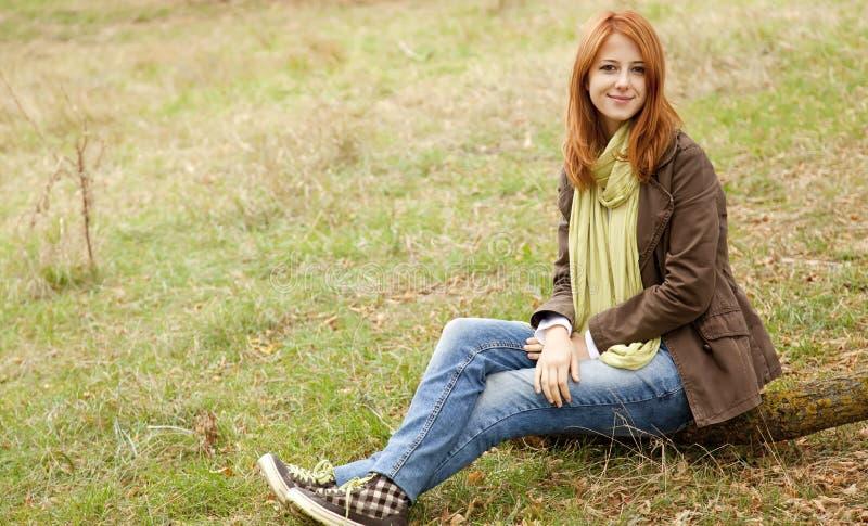 Menina bonita em ao ar livre no tempo do outono foto de stock royalty free