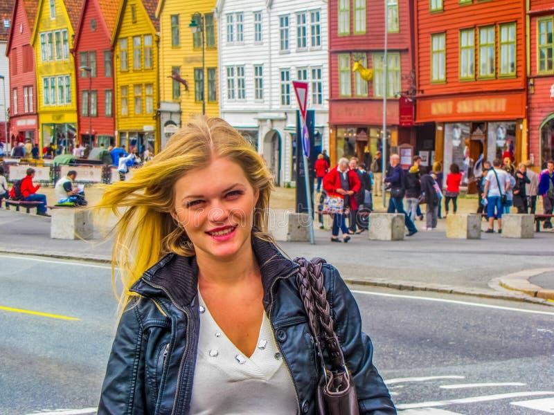 Menina bonita em Bergen, Noruega fotos de stock