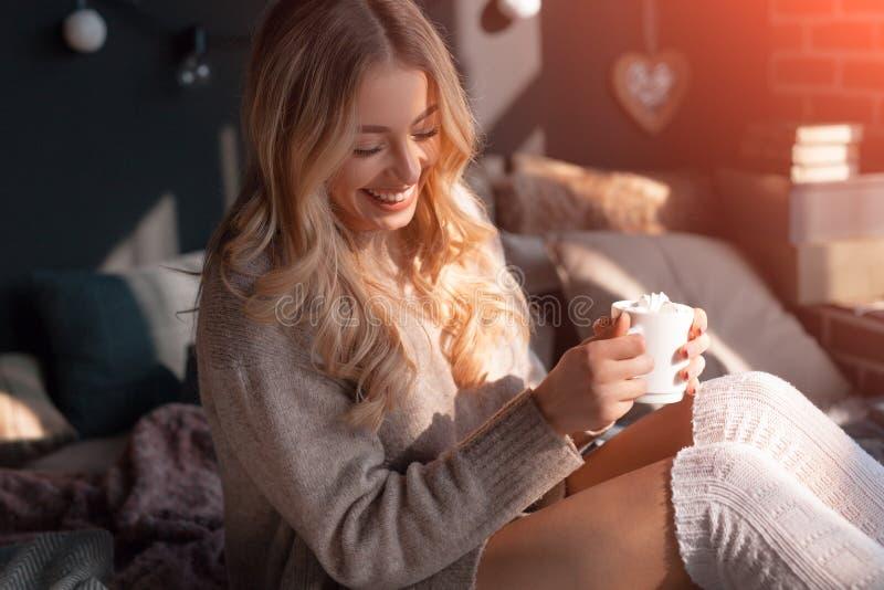 Menina bonita em casa com café fotos de stock