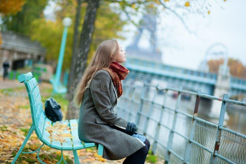 Menina bonita em Paris foto de stock