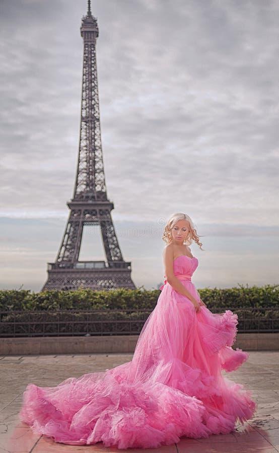 Menina bonita em Paris fotos de stock royalty free