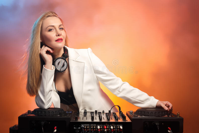 Menina bonita em plataformas - o partido do DJ do louro imagens de stock royalty free
