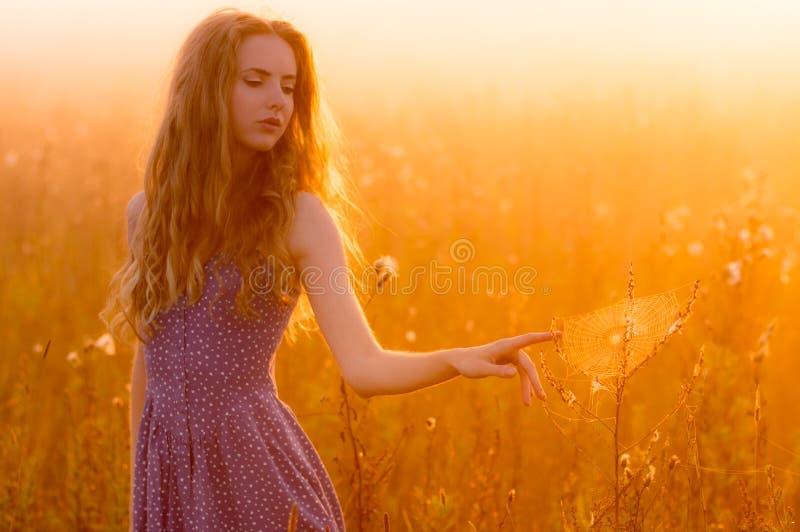 Menina bonita em spiderweb tocante da névoa fotografia de stock