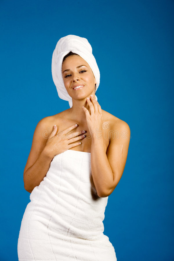 Menina bonita em toalhas dos termas fotos de stock royalty free