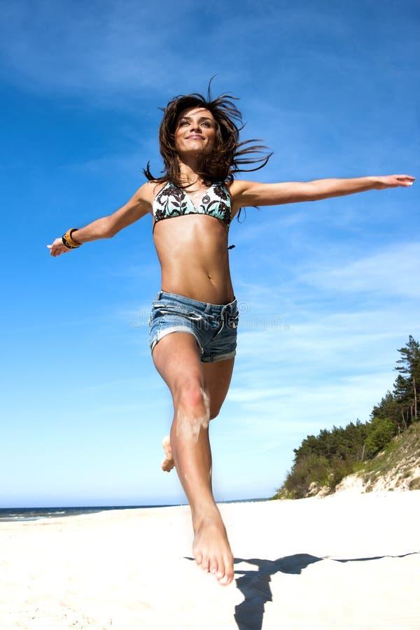 Menina bonita em um biquini fotos de stock royalty free