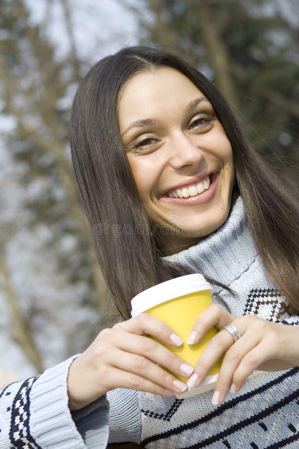 Menina bonita em um café bebendo do parque imagem de stock royalty free