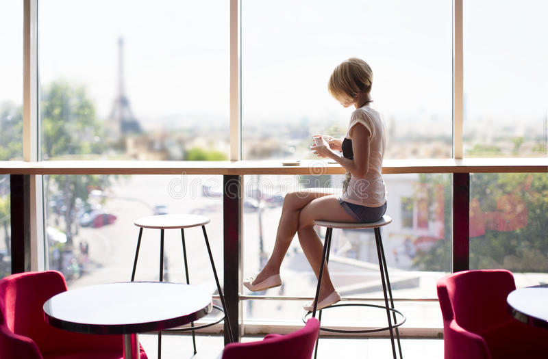 Menina bonita em um café em Paris imagem de stock