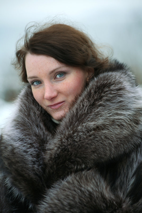 Menina bonita em um casaco de pele fotos de stock royalty free